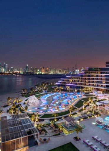 Dubaj hotel W Dubai The Palm nočný záber