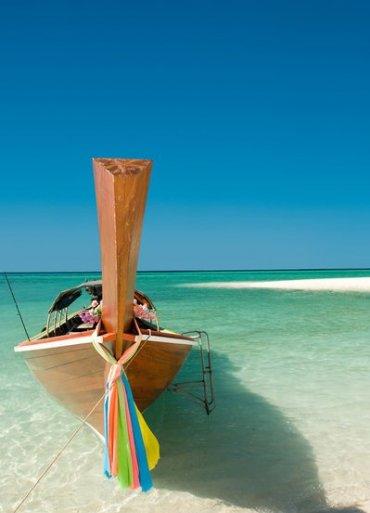 Thajsko Phuket loďka na pobreží