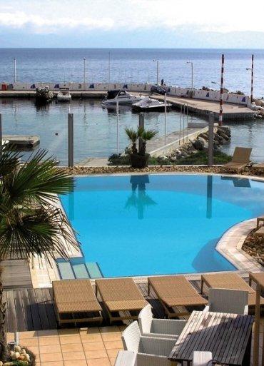 kos výhľad z hotela na bazén a more