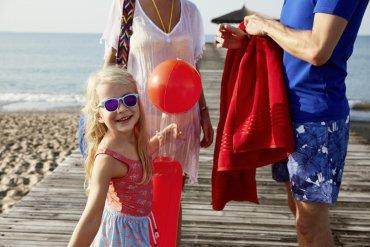 dievčatko s balónom na dovolenke s rodičmi