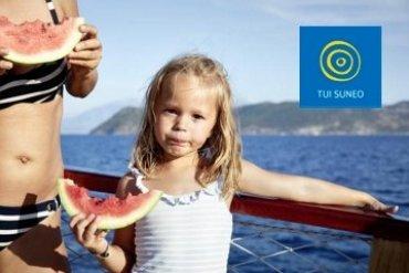 dievčatko s červeným melónom na lodi