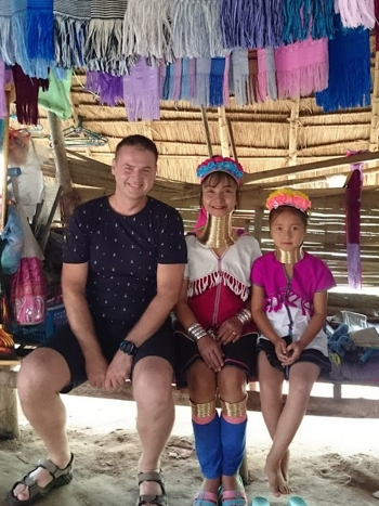 Vladimír Dančík s domorodkyňami v Thajsku